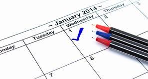 蓝色检查。在日历的标记在2014年1月1日与许多c 免版税库存照片