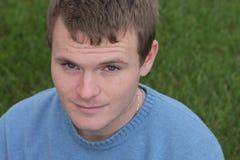 蓝色棕色毛发的轻的人毛线衣 免版税库存图片