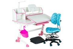 蓝色椅子、桃红色学校书桌、桃红色篮子、台灯和黑支持在腿下 免版税库存照片