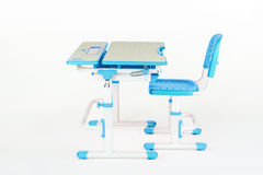 蓝色椅子和学校书桌 免版税库存照片