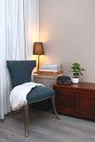 蓝色椅子在舒适客厅 免版税库存图片