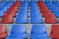 蓝色椅子红色 库存图片