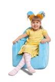 蓝色椅子逗人喜爱的女孩一点 免版税库存照片