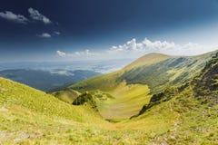 蓝色横向山山松天空夏天谷 免版税库存图片