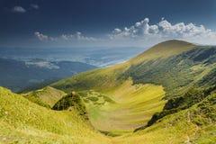 蓝色横向山山松天空夏天谷 免版税库存照片