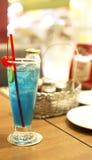 蓝色樱桃鸡尾酒鸡尾酒椰子curacao装饰了夏威夷汁液黑樱桃酒牛奶多数菠萝普遍的兰姆酒系列片式 库存图片