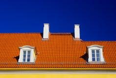 蓝色橙色屋顶天空 免版税图库摄影
