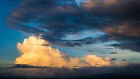 蓝色橙色松的云彩,天空 免版税库存图片