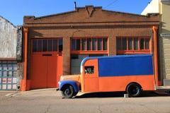蓝色橙色送货卡车 免版税库存照片