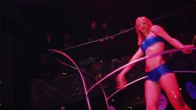 蓝色比基尼泳装步行的性感的时髦的女孩在立场的台阶 党在夜总会 股票视频