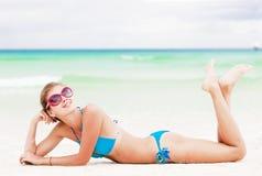 蓝色比基尼泳装的可爱的少妇在热带boracay海滩 库存照片