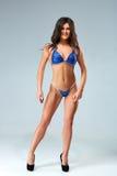 蓝色比基尼泳装的性感的深色的爱好健美者妇女 图库摄影