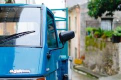 蓝色比雅久的猿细节(有三个轮胎的小汽车)在镇s里 免版税图库摄影
