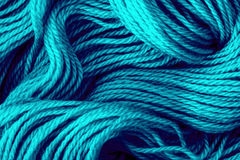 蓝色毛线螺纹的关闭作为抽象背景 免版税库存照片