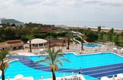 蓝色水池和海滩的看法在土耳其旅馆里 图库摄影