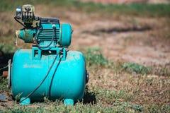 蓝色水泵驻地在庭院里 库存图片