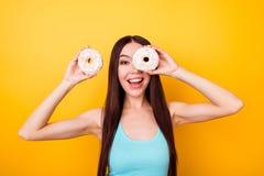 蓝色汗衫的滑稽的女孩有举行白色口味的愉快的微笑的 免版税库存图片