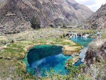 蓝色池塘和山 免版税图库摄影
