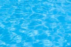 蓝色池水 库存照片