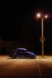 蓝色汽车光停放的街道下 免版税库存图片