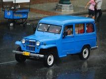 蓝色汽车古巴出租汽车葡萄酒 图库摄影