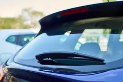蓝色汽车后方刮水器 库存图片