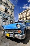 蓝色汽车哈瓦那街道葡萄酒 免版税库存图片