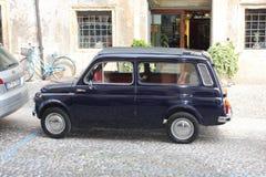 蓝色汽车在维罗纳,意大利 免版税库存图片