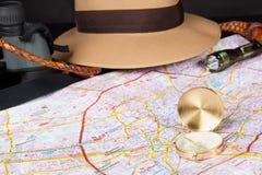 蓝色汽车城市概念都伯林映射小的旅游业 在城市地图的指南针与手电、浅顶软呢帽帽子, bullwhip和双眼在背景中 选择聚焦 库存图片