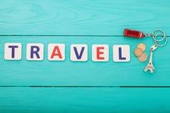 蓝色汽车城市概念都伯林映射小的旅游业 措辞与小装饰品和金钱硬币的旅行在蓝色木背景 复制空间 顶视图 嘲笑 免版税库存图片