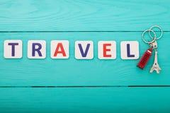蓝色汽车城市概念都伯林映射小的旅游业 措辞与小装饰品的旅行在蓝色木背景 复制空间 顶视图 嘲笑 免版税库存照片