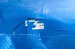 蓝色汽车的敞篷有从崩溃事故关闭剥皮的被抓的和损坏的油漆的  库存照片