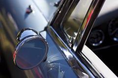 蓝色汽车经典镜子后方 免版税库存照片