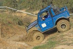 蓝色汽车进入泥水坑  免版税库存照片