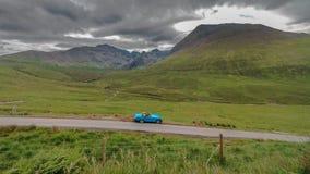 蓝色汽车Cuillin山 免版税图库摄影