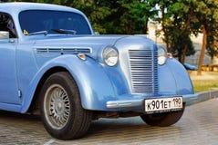 蓝色汽车moskvich减速火箭的苏联葡萄酒 库存照片