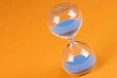 蓝色沙子时钟 库存图片