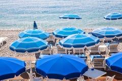 蓝色沙滩伞在尼斯 免版税库存照片