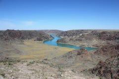 蓝色河和山 免版税库存图片