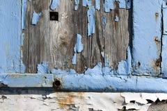 蓝色油漆削皮木头 库存图片