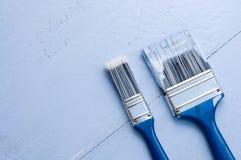蓝色油漆和被分类的画笔 免版税库存图片