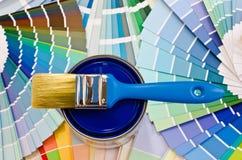 蓝色油漆样品。 库存照片