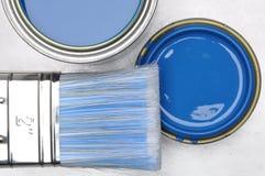 蓝色油漆顶视图能与刷子 库存图片