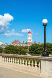 蓝色波士顿桥梁校园查尔斯时钟哈佛约翰在河天空塔结构树大学w星期 几星期跨接与在查尔斯河的钟楼 库存图片