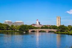 蓝色波士顿桥梁校园查尔斯时钟哈佛约翰在河天空塔结构树大学w星期 几星期跨接与在查尔斯河的钟楼 库存照片
