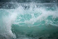 蓝色波浪击碎 库存图片