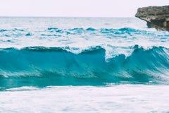 蓝色波浪在海洋 塞浦路斯横向地中海本质岩石海运通知 库存图片
