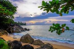 蓝色波浪美丽的海滩在泰国 库存图片