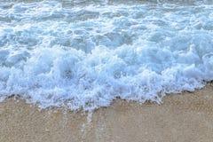 蓝色波浪美丽的海滩在泰国 库存照片