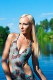 蓝色泳装的妇女 免版税图库摄影